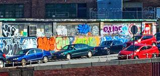 建物の側に落書きの写真・画像素材[1048387]