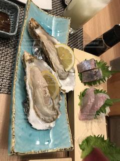 テーブルの上に食べ物の写真・画像素材[1043484]