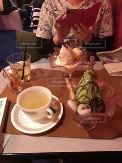 一杯のコーヒーをテーブルに着席した人 - No.1043543