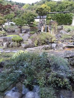 岩が多い崖の上の大きな滝 - No.1043545