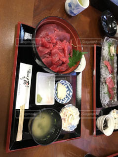 テーブルの上に食べ物の束の写真・画像素材[1044029]