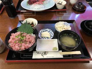テーブルな皿の上に食べ物のプレートをトッピング - No.1044040