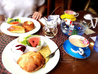テーブルな皿の上に食べ物のプレートをトッピングの写真・画像素材[1044057]
