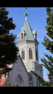 建物の前に時計塔の写真・画像素材[1048335]