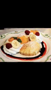 テーブルの上に食べ物のプレートの写真・画像素材[1048343]
