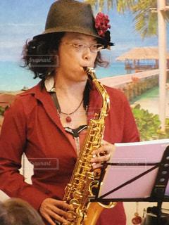 アルトサックスを吹いている女性の写真・画像素材[1044466]