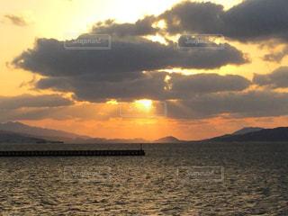 水の体に沈む夕日の写真・画像素材[1293943]