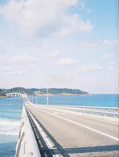 水の体の上の橋の写真・画像素材[1045290]