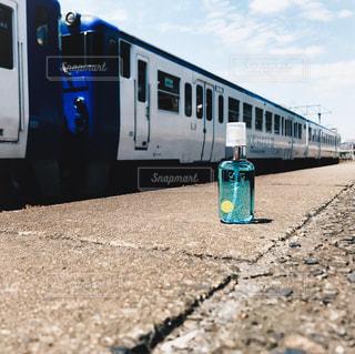 道路の脇に座っている青と白の電車の写真・画像素材[1189052]