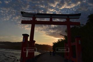 夕日と空と鳥居の写真・画像素材[1044109]