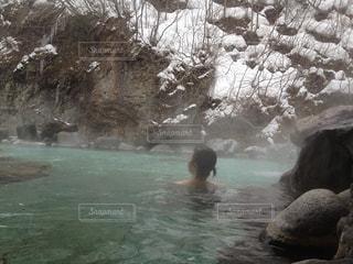 岩手県の温泉で雪見風呂の写真・画像素材[1806122]