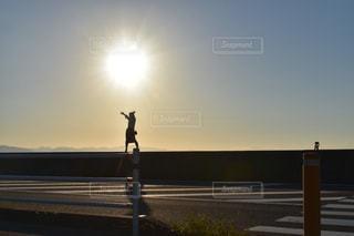 女性,1人,空,夕日,太陽,夕暮れ,光,真玉海岸