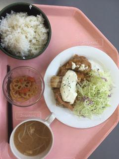 テーブルの上に食べ物のプレートの写真・画像素材[1060045]