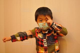 黄色のシャツを着ている少年の写真・画像素材[1061278]