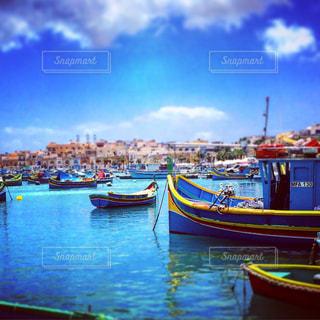 青い海の中のカラフルなボートの写真・画像素材[1045616]