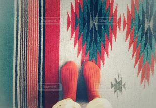 赤い靴下とカーペットの写真・画像素材[1799462]