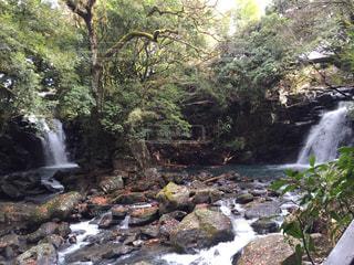 岩の横にある大きな滝の写真・画像素材[1045751]