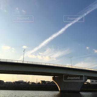 近くに水の上の橋を渡る鉄道のアップの写真・画像素材[1125385]