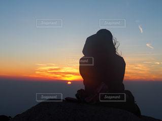 自然,後ろ姿,登山,背中,山頂,日の出,感動,早起き,燕岳,山ガール,早起きは三文の徳,想いを馳せる