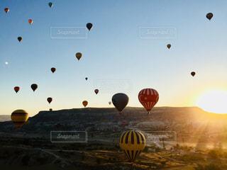 空の熱気球の写真・画像素材[1047919]