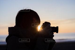 朝日を持つ人の写真・画像素材[1047070]