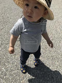 帽子をかぶった小さな男の子の写真・画像素材[1158469]
