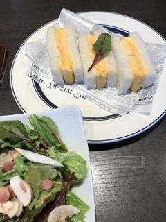 サンドイッチとサラダのランチの写真・画像素材[1047891]