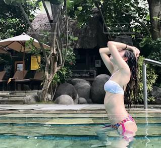 プールの女性の写真・画像素材[1408709]