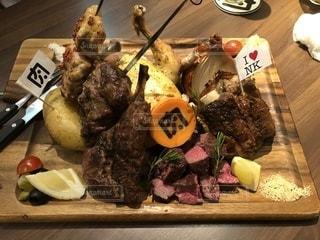 テーブルの上に食べ物の種類でいっぱいのボックスの写真・画像素材[1070042]