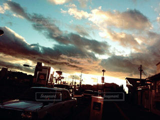 曇り空の前に停まっている車の写真・画像素材[1282336]
