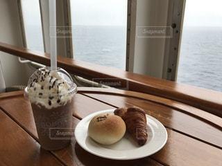 テーブルの上に食べ物のプレートの写真・画像素材[1050692]