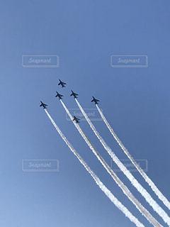 青い空を飛んでいるジェット戦闘機のグループの写真・画像素材[1117170]