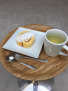 カフェ,白,おやつ,丸,マグカップ,涼しげ,北欧,ロールケーキ,豊島,煎茶,ロールケーキと煎茶