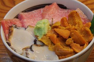 テーブル上の海鮮丼の写真・画像素材[1049621]