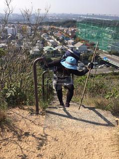 未舗装の道路を自転車に乗る男の写真・画像素材[1055303]