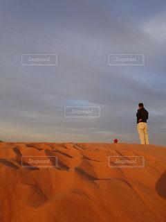 砂の中に立っている人々 のカップルの写真・画像素材[1055311]