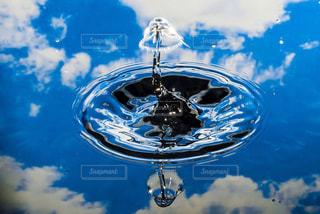 青空と水滴リフレクションの写真・画像素材[1132141]