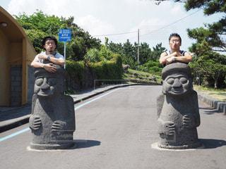 トルハルバンではしゃぐ男性二人の写真・画像素材[2052911]
