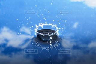 ミルククラウンの水バージョン。青空の池に水滴のクラウンが出来上がったイメージの写真・画像素材[2110403]