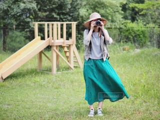 麦わら帽子のカメラ女子の写真・画像素材[2116462]