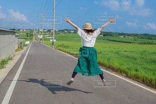 女性,風景,後ろ姿,ジャンプ,沖縄,田舎,人物,背中,人,後姿,奥行き,シュガーロード