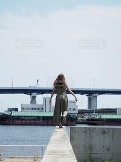 港町を観光する女性の後ろ姿の写真・画像素材[2337471]
