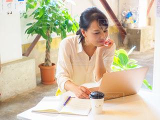 女性,カフェ,緑,ノート,メモ,ノートパソコン,ホテル,PC,ビジネス,オフィスカジュアル,リモートワーク,ビジネスシーン