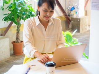 女性,カフェ,ノート,メモ,ノートパソコン,ホテル,PC,ビジネス,オフィスカジュアル,リモートワーク,ビジネスシーン