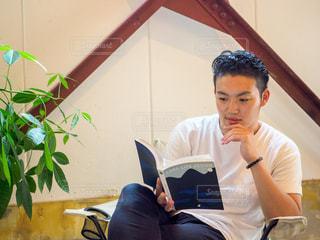 カフェで読書をしている男性の写真・画像素材[2505680]