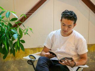 カフェで読書をしている男性の写真・画像素材[2505697]