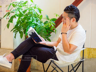 カフェで読書をしている男性の写真・画像素材[2505701]