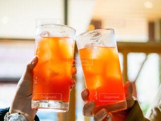 パーティ,屋内,ジュース,オレンジ,グラス,カクテル,乾杯,ドリンク,女子会,飲料,20代女性,ソフトド リンク,オレンジ ジュース