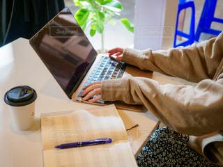 カフェで仕事をする女性の手元の写真・画像素材[2507635]