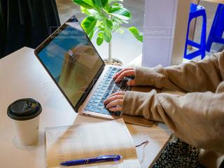 カフェ,コーヒー,屋内,本,テーブル,パソコン,人物,オシャレ,昼,ビジネス,コンピューター,おしゃれ,リモートワーク,ノート パソコン,ビジネスシーン